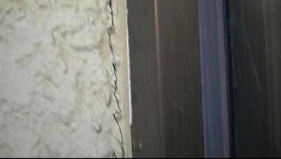 外壁サッシ周りのコーキングにヒビの発生が見えます