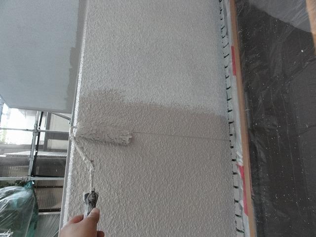 外壁の塗装を行っています中塗り