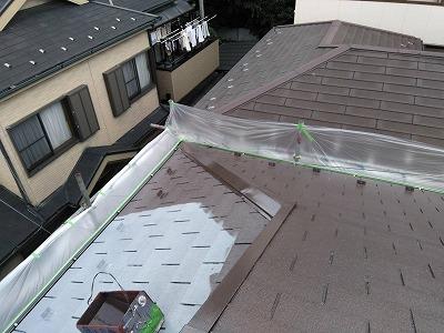 屋根中塗り施工中
