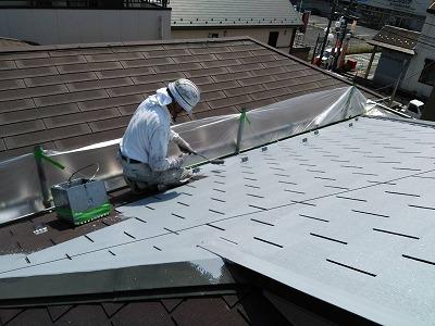 屋根下塗り施工中