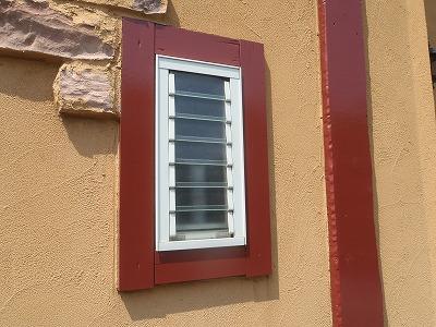 窓周りの木部を塗装しました