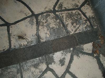 駐車場部分のタイルの汚れ
